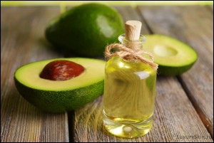 1426860448_halfed-avocado-fruit-and-avocado-oil-on-wooden-table